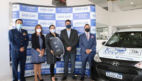 Hyundai entrega vehículo a la ganadora del sorteo Centenario FAE 5k