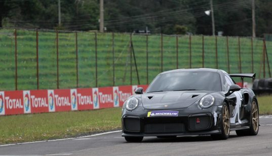 El Porsche 911 GT2 RS establece récord para autos de calle en pista colombiana